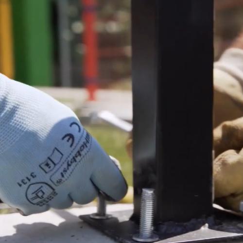 Cum montezi stalpii de gard cu talpa de prindere pe beton?
